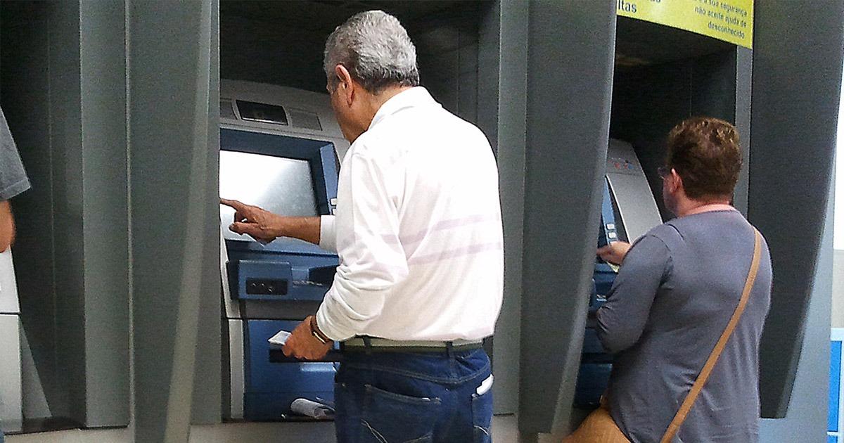 Aposentados e pensionistas do INSS recebem primeira parcela do 13º salário