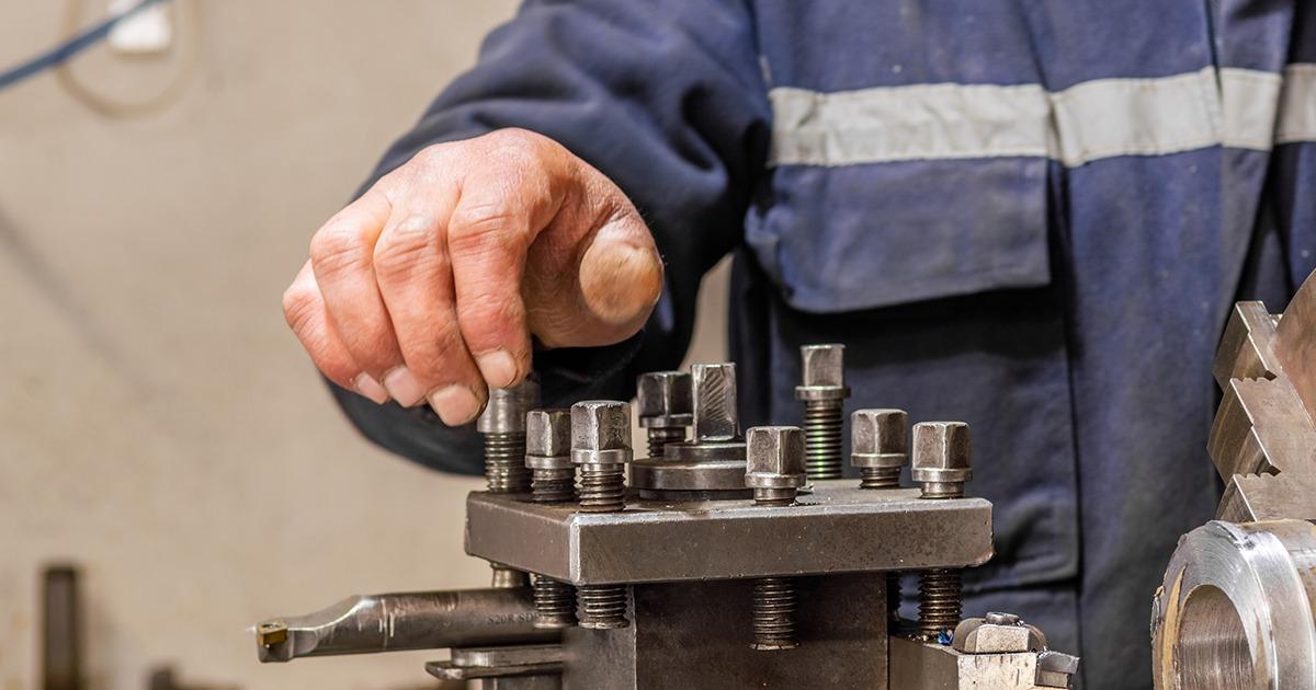 Torneiro mecânico será indenizado por ter ficado incapacitado depois de acidente de trabalho